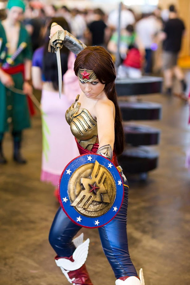 Ekidna con un estupendo cosplay de Wonder Woman