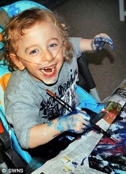 Leo aos 3 anos. Ele é capaz de se concentrar em seu trabalho por mais de uma hora. (Imagem: Daily Mail)