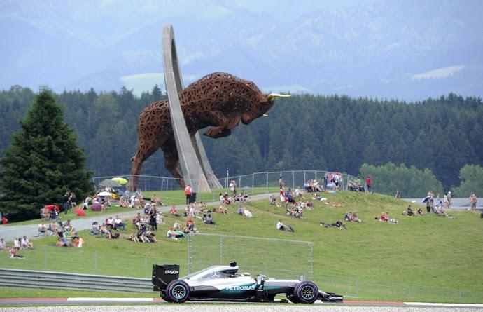 Lewis Hamilton em ação no treino classificatório para o GP da Austria (Foto: AFP)