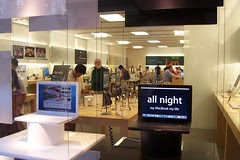 Apple Store Bellevue: not open all night