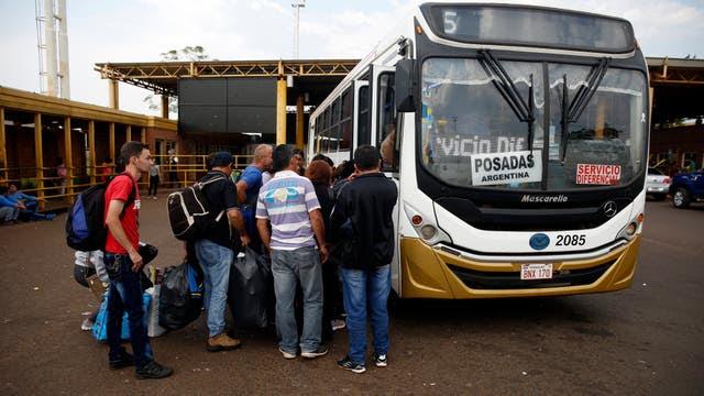 Un colectivo sale de Encarnación con destino Posadas. Foto: LA NACION / Emiliano Lasalvia /Enviado especial