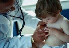 Photo Doctor examining child