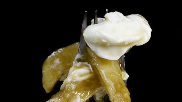 Une fourchette avec des frites et du fromage