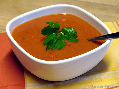 Refreshing easy no cook gazapcho (chilled tomato vegetable soup) - FarmgirlFare.com