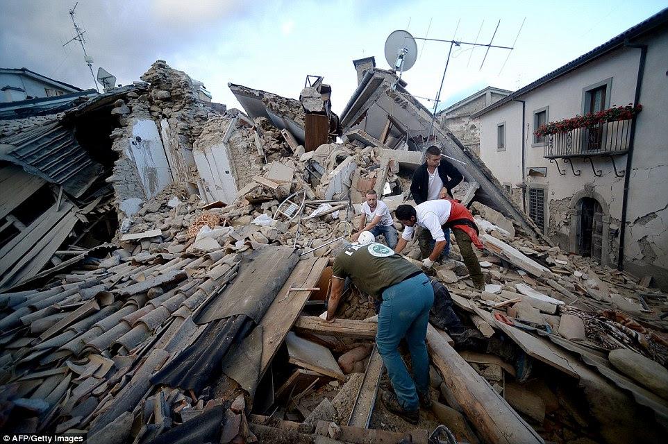 Danificado: O prefeito de Amatrice (foto), que foi atingida por um deslizamento de terra após o terremoto, enxugando muito do que fora