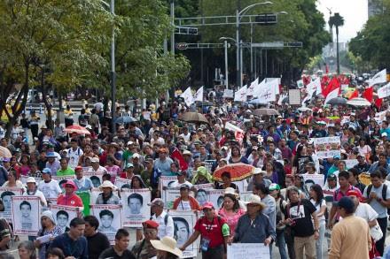 Marchan a 10 meses de la desaparición de los 43. Foto: Eduardo Miranda