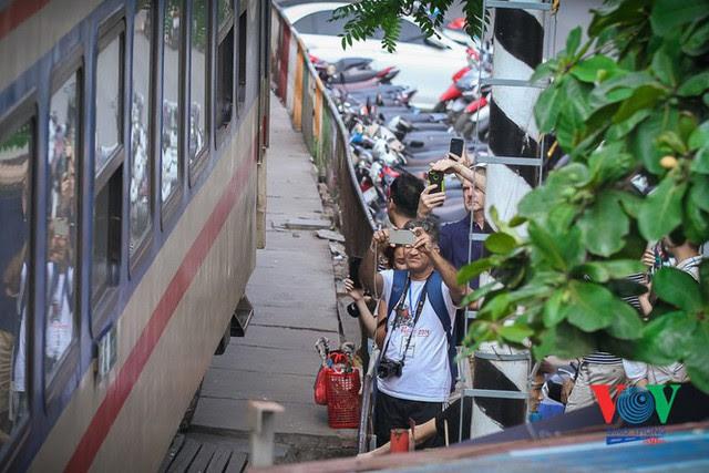 Tàu qua phố cà phê Phùng Hưng phải dừng khẩn cấp vì dân chạy không kịp - Ảnh 10.