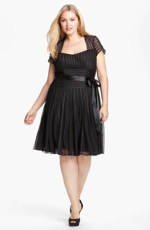 Коктейльное платье с черными вставками по бокам для полных женщин