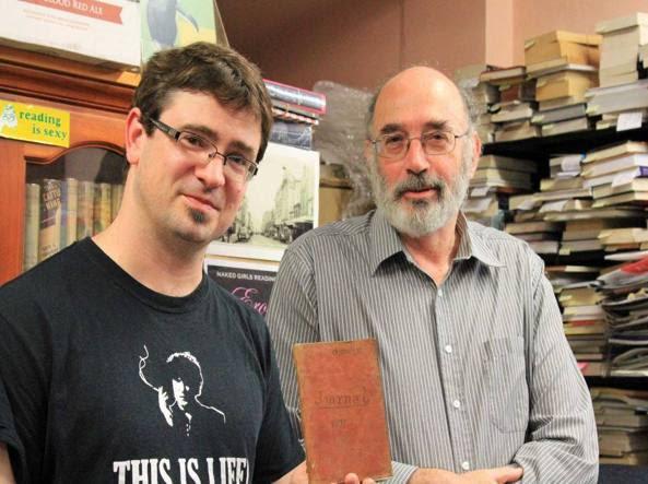 Richard Sprent e Mike Gray, proprietari della libreria «Cracked and Spineless bookshop»: sono loro ad aver ritrovato il manoscritto