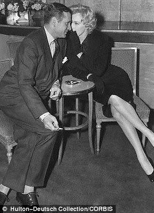 Marilyn e Laurence numa conferência de imprensa no Hotel Savoy, 1956