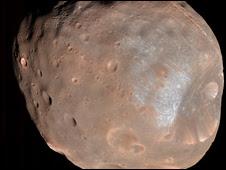 நாசா விண்கலத்தால் (Nasa's Mars Reconaissance Orbiter) தெளிவான வகையில் படம் பிடிக்கப்பட்டுள்ள செவ்வாயின் மிகப்பெரிய துணைக்கோள் Phobos.