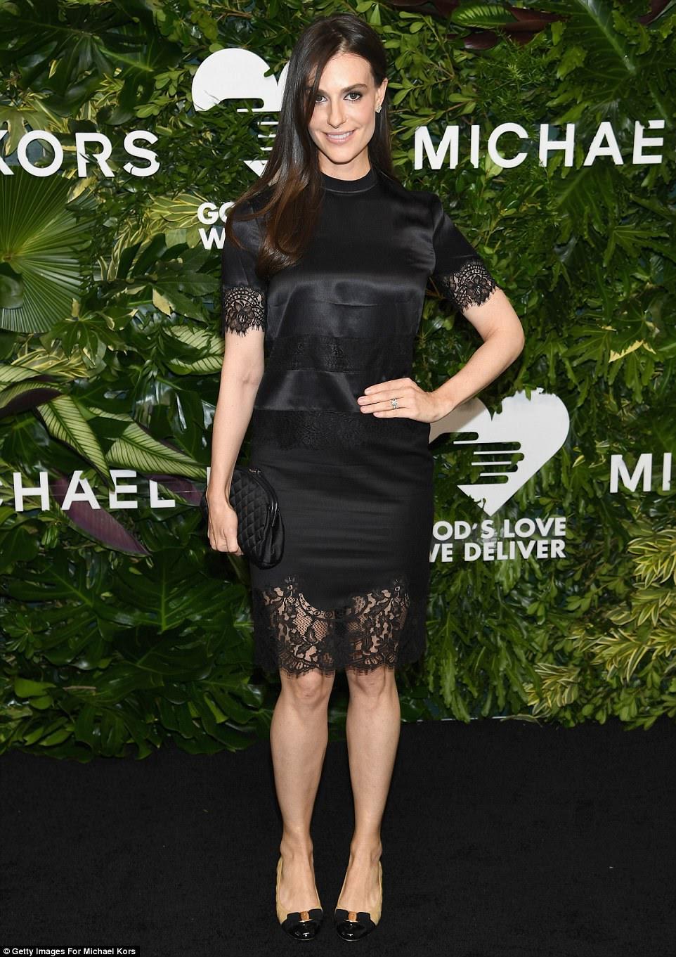 Lacy lady!  A herdeira Ariana Rockefeller parecia chique em um vestido de seda preta que apresentava mangas de renda e saia pura