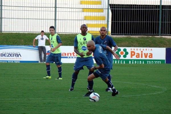 Elenco participou de um treinamento tático de posicionamento defensivo e ofensivo
