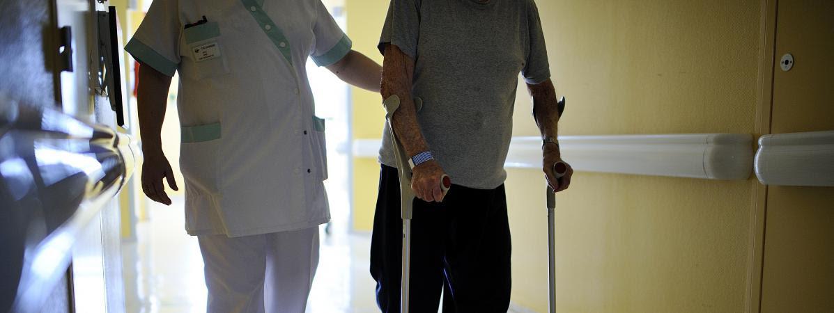 Un infirmier aide un patient dans un CHU de Maine-et-Loire, le 23 octobre 2013.