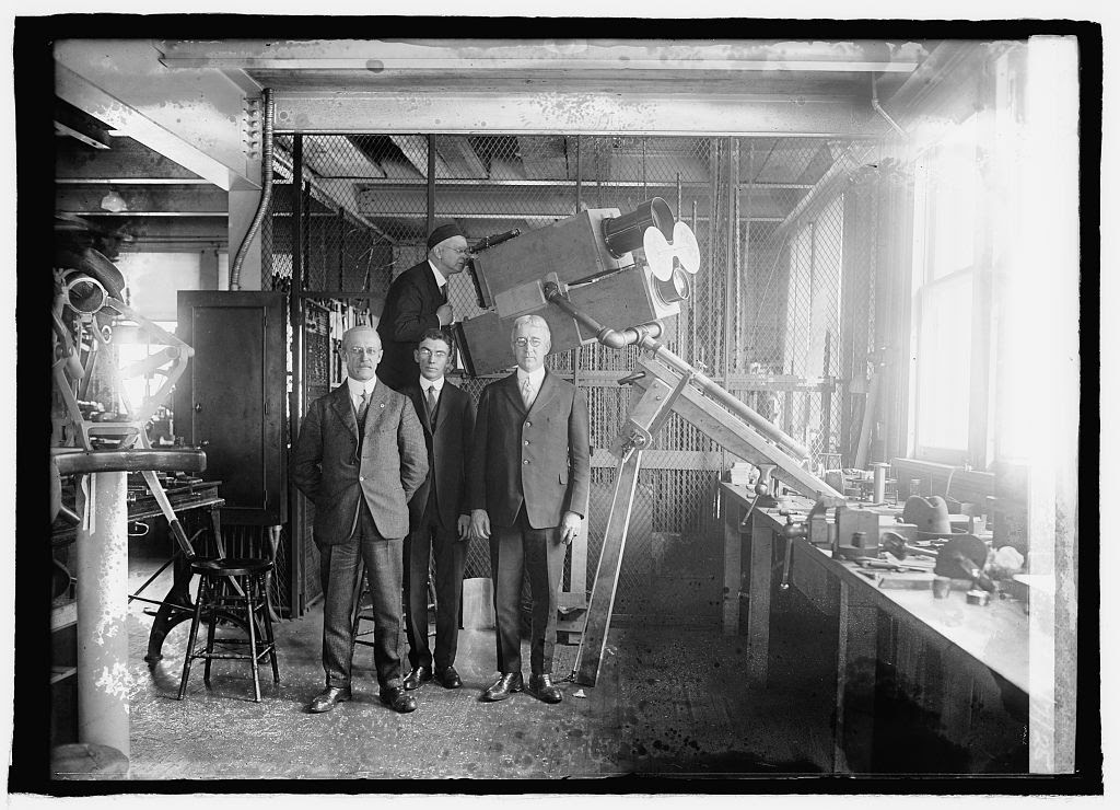 Scientists of Naval Observation with special camera to photograph eclipse of sun, 1/7/25. Photo by National Photo Company, [19]25 January 7. //hdl.loc.gov/loc.pnp/npcc.26572