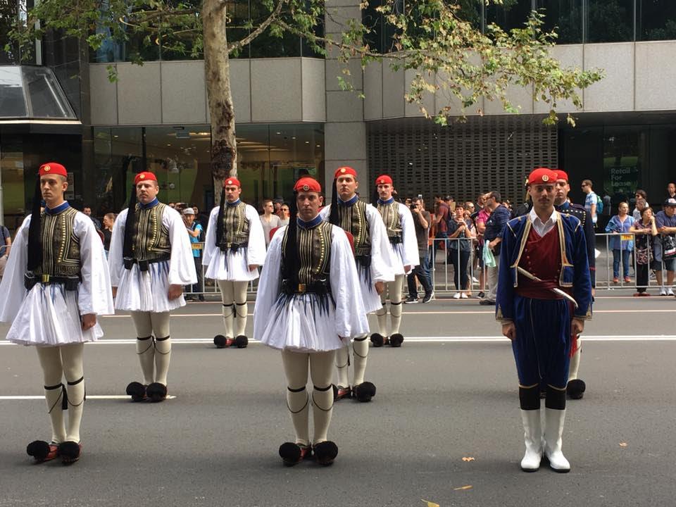 Τρομερή εικόνα από την Αυστραλία: Δείτε την συγκίνηση του Εύζωνα όταν άκουσε για την Ελλάδα! - Εικόνα4