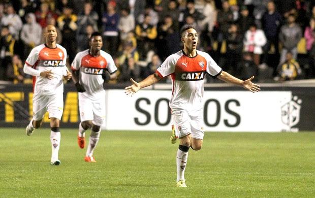 Caio comemora gol do Vitória contra o Criciúma (Foto: Fernando Ribeiro / Futura Press)