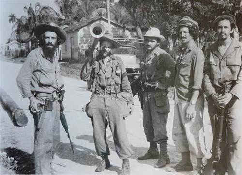 En las últimas horas de la batalla Camilo junto a un grupo de combatientes del Frente Norte. Foto: Perfecto Romero.