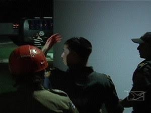 Policial saindo ferido do protesto em São Luís (Foto: Reprodução/TV Mirante)