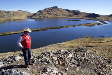 Arriba: Epifanio Condori, vecino de Chocopia, muestra el huerto que ha hecho crecer en el patio de su casa gracias al abastecimiento de agua por el represamiento de la laguna de Quescay. Abajo: Juan Suyo, director de Estudios y Proyectos Ambientales del Instituto del Manejo de Agua (IMA) del Gobierno regional Cuzco, junto a la laguna de Quescya.