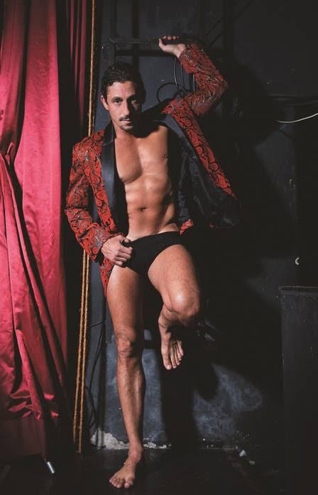 Tuca Andrada exibe boa forma em capa de revista gay
