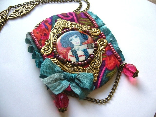 "Necklace ""The muse from Cadaques"" inspired by my artwork. haute couture, brass, textile jewelery, textile art - DestoilesAuxbijoux"