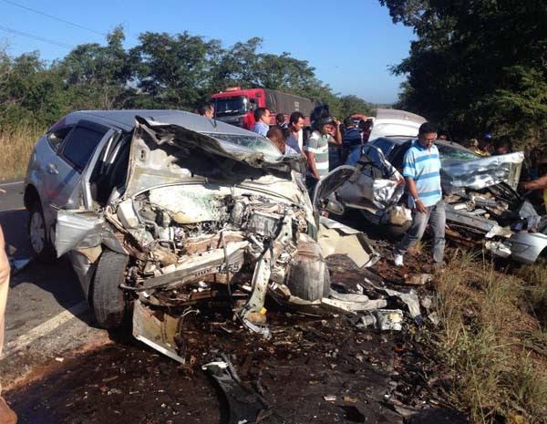 Colisão entre veículos deixou, pelo menos, três mortos. (Foto: David Peres/TV Mirante)