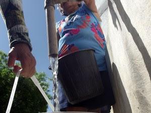 Moradores de Ipueira, no Seridó potiguar, recorrem a caixas comunitárias para conseguir água  (Foto: Anderson Barbosa/G1)
