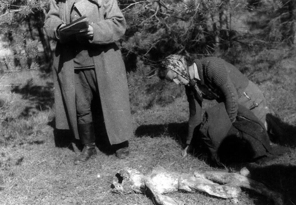 Жительница Львова у тела своего ребенка, расстрелянного в гетто. 1944 г. Львов.