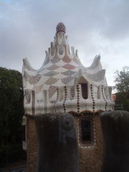 Uno dei due edifici all'ingresso del parco visto da una Category:Lar