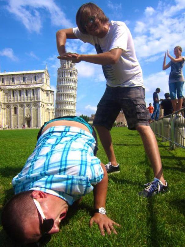 Ποζάροντας με τον Πύργο της Πίζας (2)