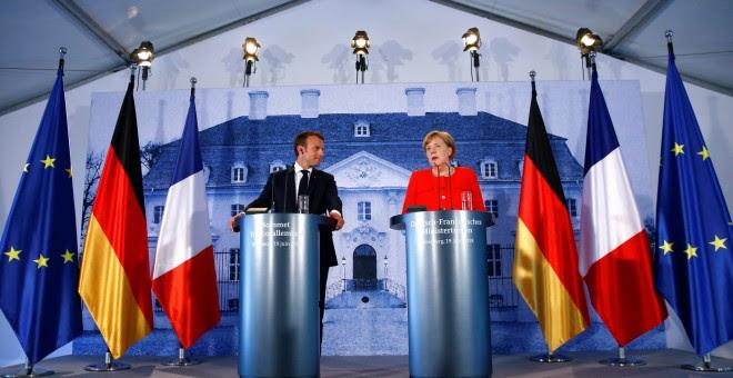 La canciller alemana Angela Merkel y el presidente francés Emmanuel Macron, en la rueda de prensa conjunta tras su reunión en el Palacio de Meseberg, en el 'lander' alemán de Brandeburgo. REUTERS/Hannibal Hanschke