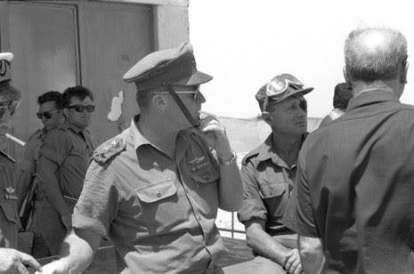 موشيه ديان خلال الحرب مع جنوده