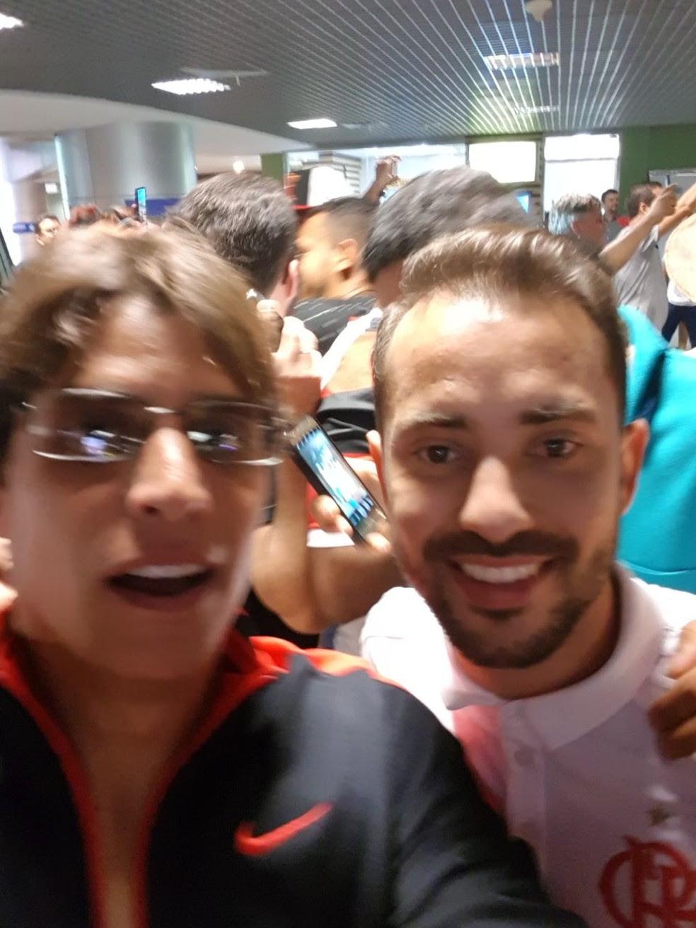 Everton Ribeiro posa para selfie com torcedor rubro-negro (Foto: Arquivo Pessoal)