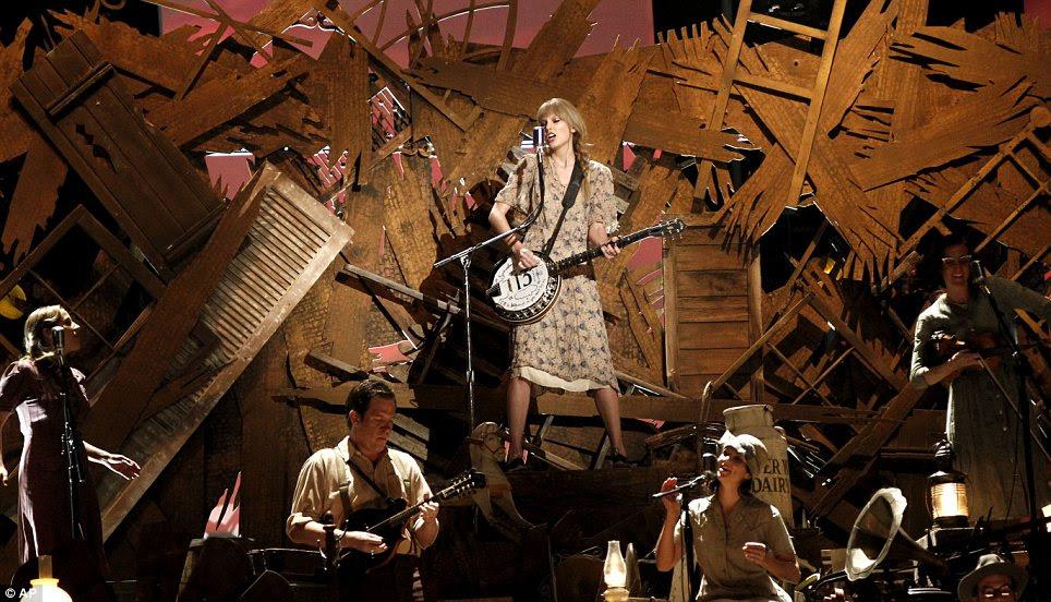 Menina País: Taylor Swift realizada com sua banda armado com um banjo