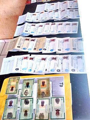 Com a quadrilha, foram apreendidos documentos falsos e cartões (Foto: Divulgação/SSP-MA)