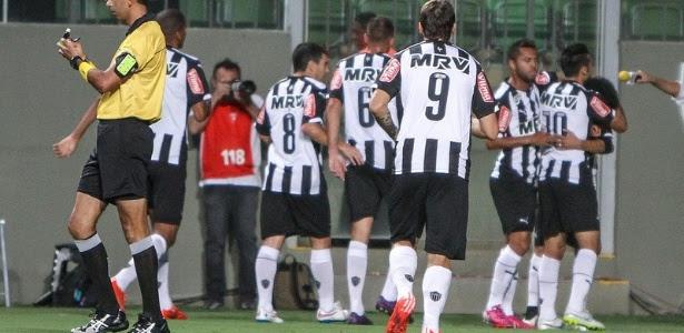 Jogadores do Atlético-MG comemoram gol de Dátolo, contra o Democrata-GV