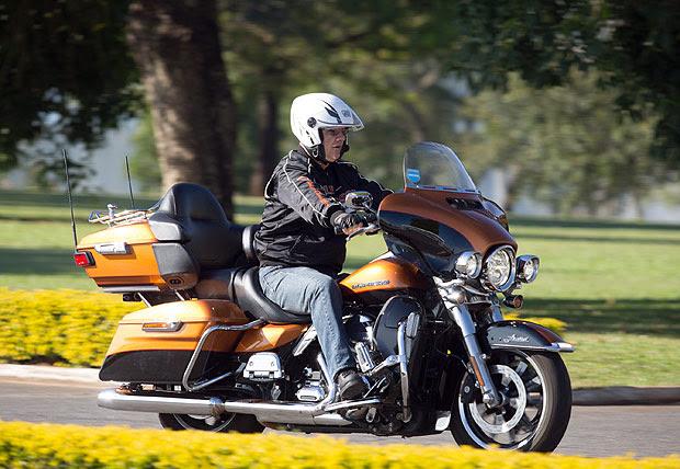O ex-ministro da Previdência, Carlos Gabas, pilota uma motocicleta Harley-Davidson