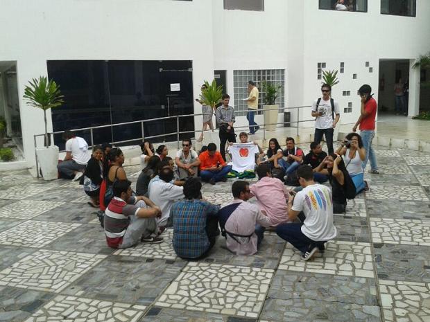 Estudantes estão no pátio da Câmara Municipal de Natal (Foto: Fernanda Zauli)