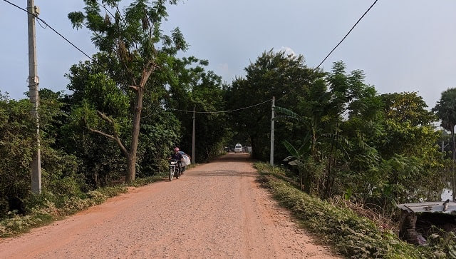 A kutcha road leading towards Mahaddipur. Devparna Acharya/Firstpost