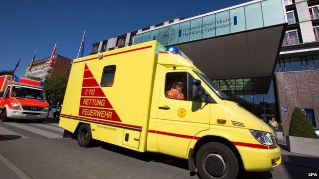 Um comboio de veículos de salvamento passa a entrada principal do Hospital Universitário Hamburg-Eppendorf, em Hamburgo, Alemanha, 27 de agosto, 2014