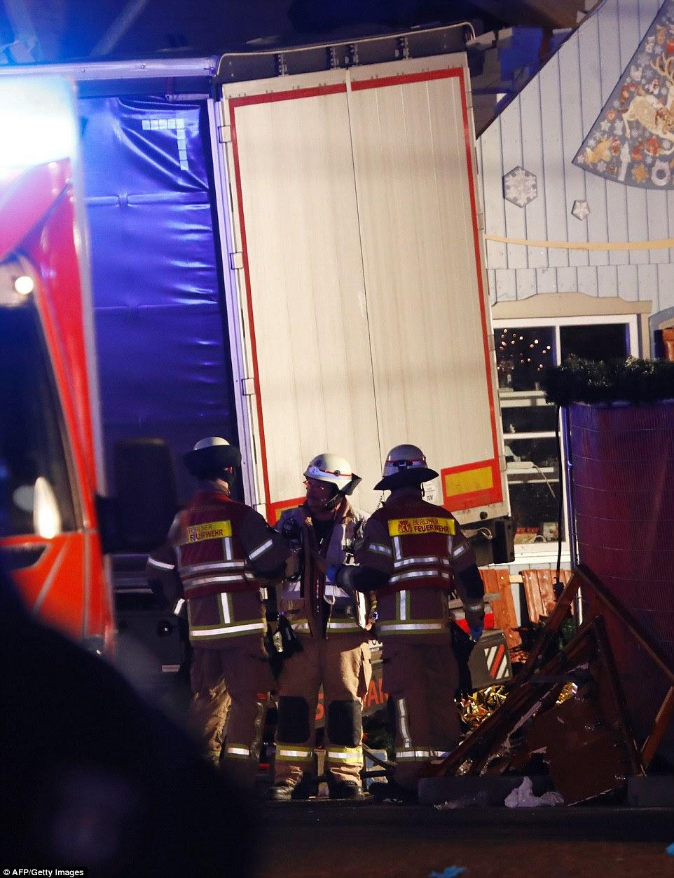 Ambulâncias e polícia correu para a área depois que o motorista dirigiu até a calçada do mercado na praça central popular entre os turistas, em cenas que lembram do ataque caminhão mortal na cidade francesa de Nice, em julho