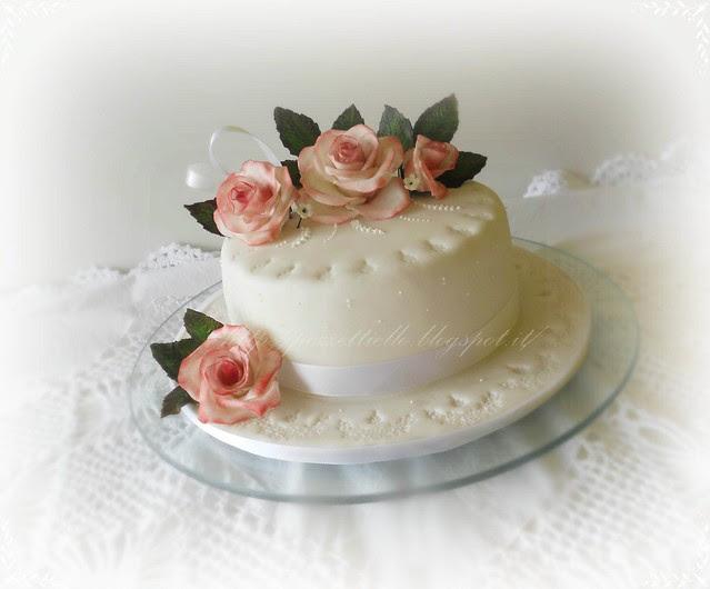 Torta in pasta di zucchero con rose in gumpaste sfumate di rosa,