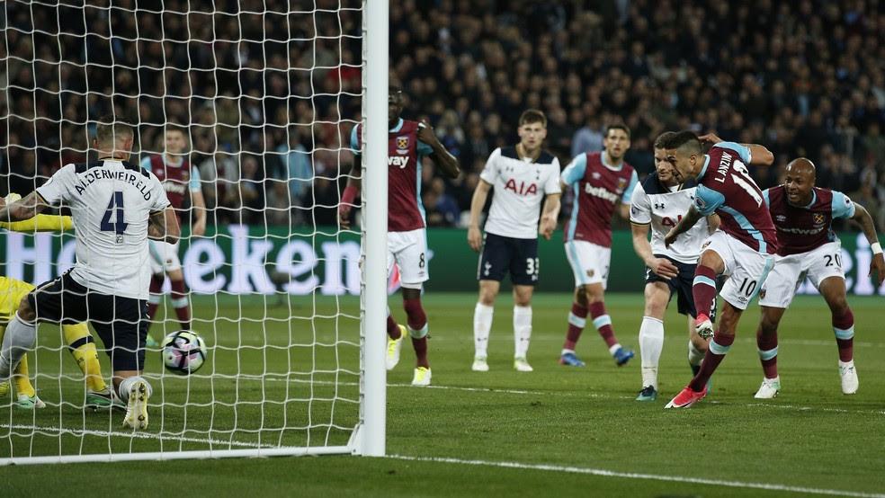 Lanzini, dentro da pequena área, fuzilou Lloris para marcar para o West Ham (Foto: Reuters / Andrew Couldridge)