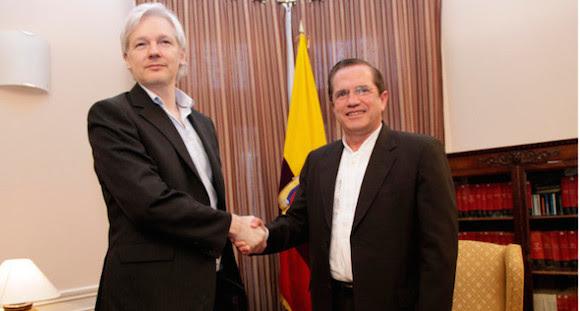 Canciller Ricardo Patiño se reunió con Julian Assange como muestra de apoyo. Foto: El Ciudadano/ Ecuador