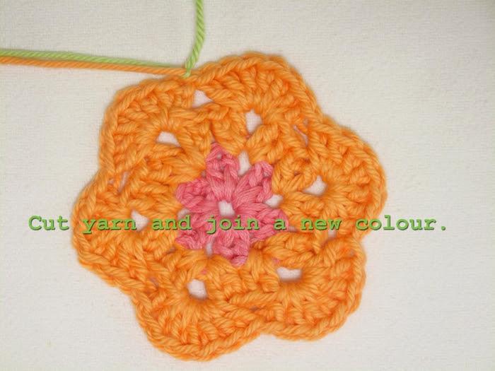 Цветочный фрагмент крючком АФРИКАНСКИЙ ЦВЕТОК для вязания игрушек (43) (700x525, 253Kb)
