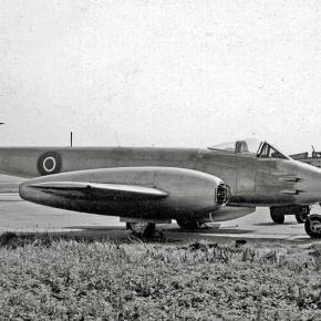 https://en.wikipedia.org/wiki/Messerschmitt_Me_262#/media/File:Gloster_Meteor_F.4_VT340_Fairey_Ringway_21.07.55_edited-2.jpg