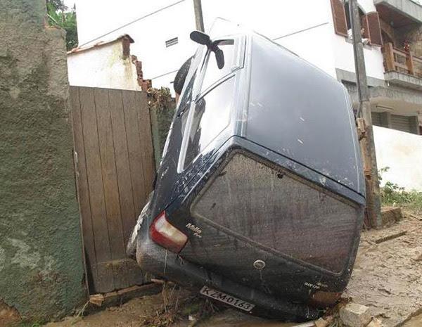 Em Cascata do Imbuí, em Teresópolis, carros também foram levados pela água