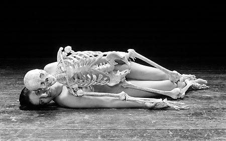 Nudo con scheletro