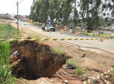 Jaguaquara: Trecho urbano de BR é interditado após chuva abrir cratera na pista